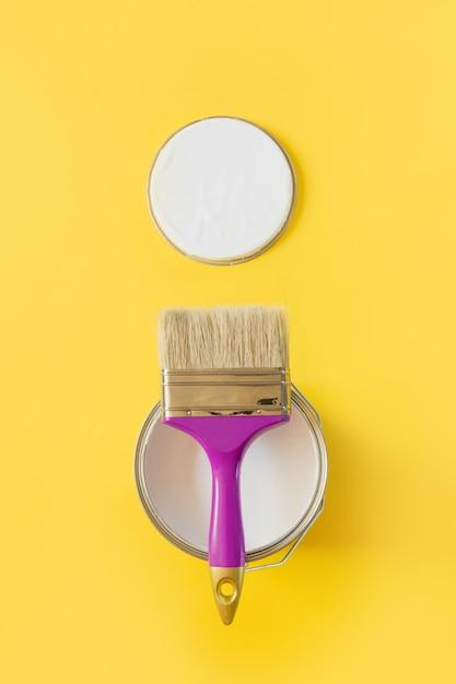Fioletowy pędzel z otwartą puszką białej farby, Premium Zdjęcia