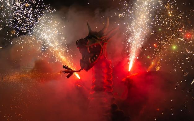 Fire Dragon Z Fajerwerkami Premium Zdjęcia