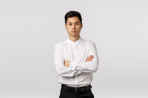 Firmowa Promocja, Rekrutacja I Koncepcja Biznesowa. Atrakcyjny, Pewny Siebie Azjatycki Przedsiębiorca, Krzyżujący Ramiona Na Piersi, Skupiony Na Kamerze I Pewny Siebie, Zdolny Poradzić Sobie Z Każdym Zadaniem, Rozwiązać Problemy Premium Zdjęcia