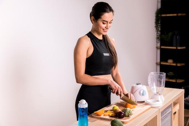 Fitness kobieta przygotowuje sok detox Darmowe Zdjęcia