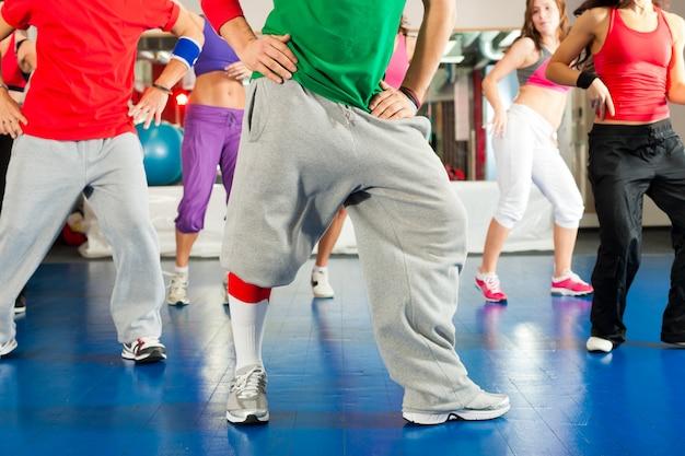 Fitness - Trening I Trening Zumba Na Siłowni Premium Zdjęcia