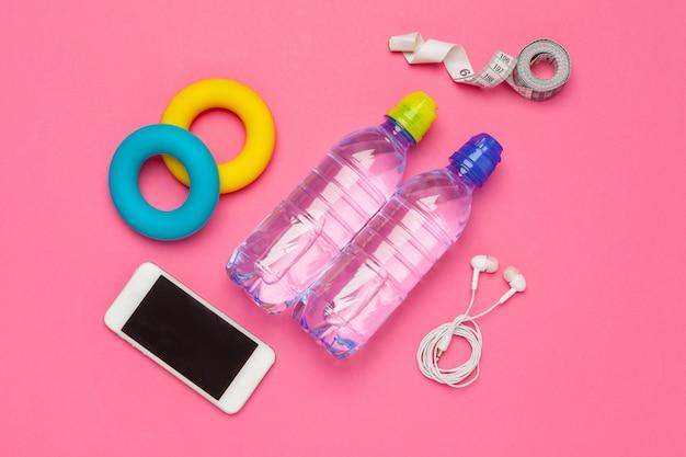 Fitness Z Butelką Wody, Telefon Komórkowy Ze Słuchawkami Premium Zdjęcia