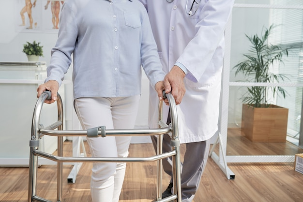 Fizjoterapeuta mając spotkanie Darmowe Zdjęcia