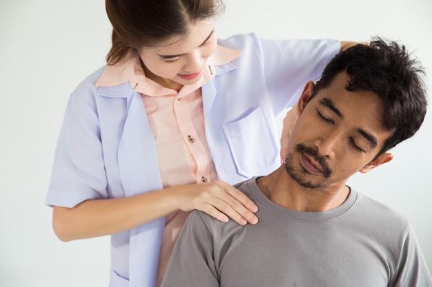 Fizjoterapeuta Robi Zabieg Leczniczy Na Szyi Mężczyzny Premium Zdjęcia