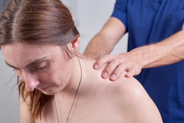 Fizjoterapeuta Wykonujący Ruchy Szyi Pacjentki Premium Zdjęcia