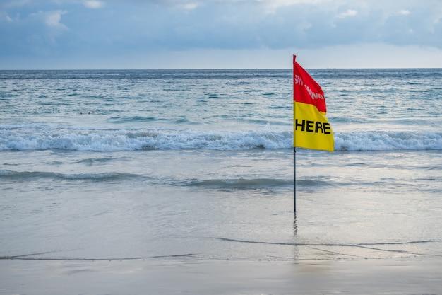 Flaga Bezpieczeństwa Pływająca Tutaj Na Plaży. Premium Zdjęcia