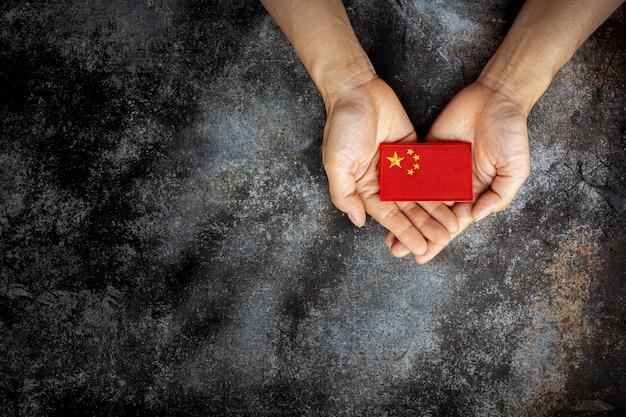 Flaga Chin Na Ręce. Koncepcja Miłości, Opieki, Ochrony I Bezpieczeństwa. Premium Zdjęcia