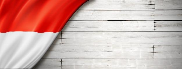 Flaga Indonezji Na Starej Białej ścianie. Poziomy Baner Panoramiczny. Premium Zdjęcia