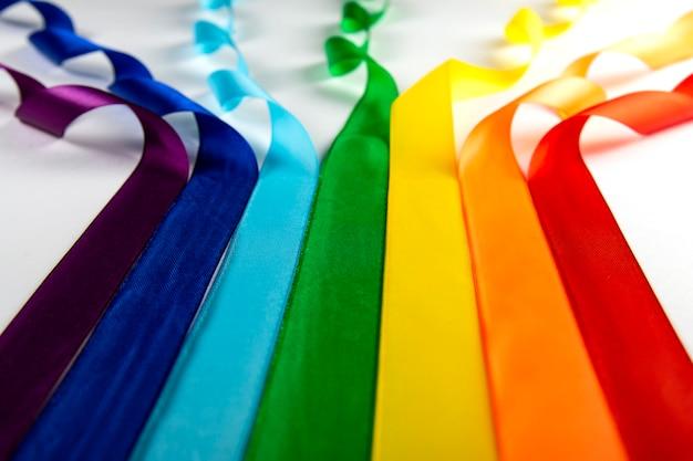 Flaga Lgbt, Tęczowy Symbol Mniejszości Seksualnych W Postaci Satynowych Wstążek. Premium Zdjęcia