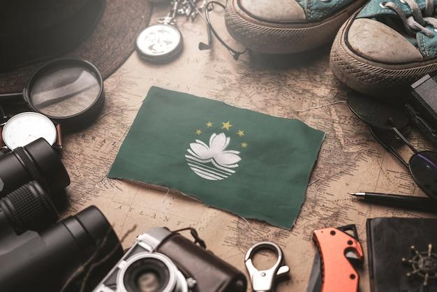 Flaga Makau Między Akcesoriami Podróżnika Na Starej Mapie Vintage. Koncepcja Miejsca Turystycznego. Premium Zdjęcia