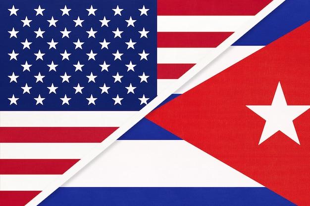 Flaga Narodowa Usa Vs Kuba. Relacje Między Dwoma Krajami. Premium Zdjęcia