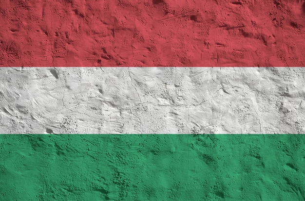Flaga Węgier Przedstawiona W Jasnych Kolorach Farby Na Starej ścianie Tynkowej Reliefowej. Teksturowane Transparent Na Szorstkim Tle Premium Zdjęcia