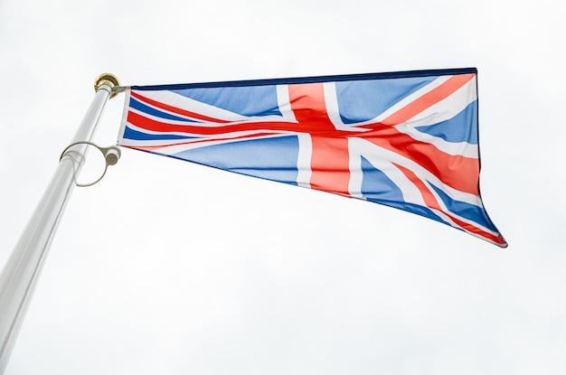 Flaga wielkiej brytanii na flagstuff przed niebem Premium Zdjęcia