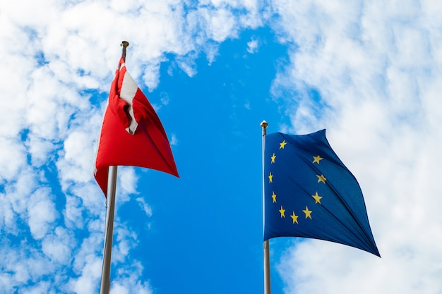 Flagi Danii I Unii Europejskiej Premium Zdjęcia
