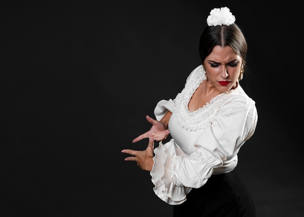 Flamenca wykonuje tradycyjnego floreo Darmowe Zdjęcia