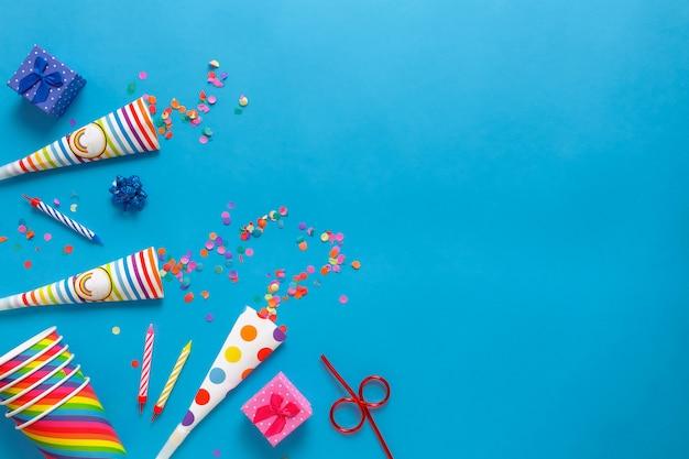 Flatlay Karta Urodzinowa Na Niebieskim Tle Z Miejsca Kopiowania Tekstu. Premium Zdjęcia