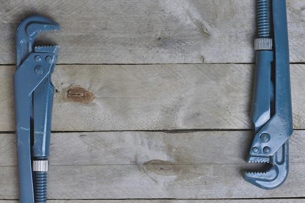 Flatlay. Klucze Do Kanalizacji Na Drewnianym Tle. Copyspace Premium Zdjęcia