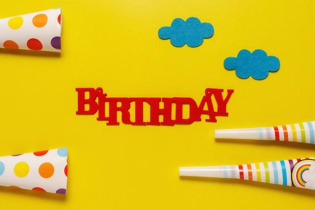 Flatout Birthday Party Karta Na Niebieskim Tle Z Miejsca Kopiowania Tekstu Premium Zdjęcia