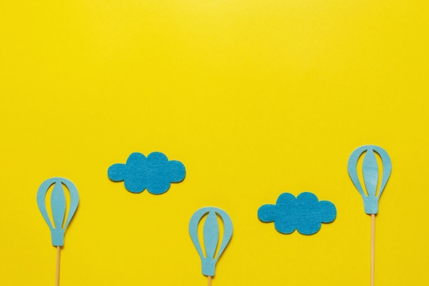 Flatout Birthday Party Karta Na żółtym Tle Z Miejsca Kopiowania Tekstu Premium Zdjęcia