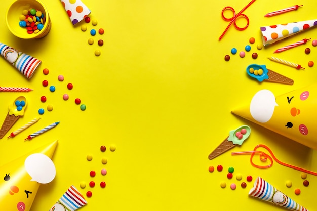 Flatout Birthday Party Karta Na żółtym Tle Z Miejsca Kopiowania Tekstu. Premium Zdjęcia