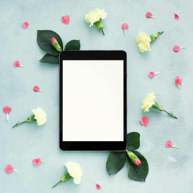 Flay Leżał W Cyfrowej Przestrzeni Tabletu Otoczony Kwiatami Goździków Darmowe Zdjęcia