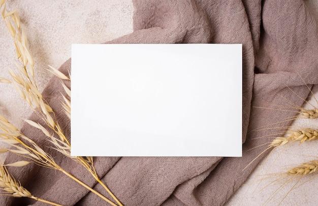 Flay Leżał Z Papieru Z Jesienną Rośliną I Tkaniną Premium Zdjęcia