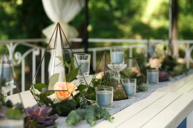 Florarium Ze świąteczną Dekoracją Stołu Ze Soczystych I Różanych Kwiatów Premium Zdjęcia