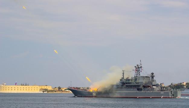 Flota Czarnomorska Rosji Paraduje W Dzień Marynarki Wojennej, Marynarka Wojenna Rosji, Okręty Wojenne W Sewastopolu Premium Zdjęcia