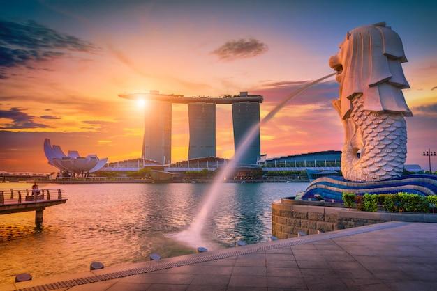 Fontanna Statua Merlion W Merlion Park I Panoramę Miasta Singapur. Jedna Z Najbardziej Znanych Atrakcji Turystycznych W Singapurze. Premium Zdjęcia