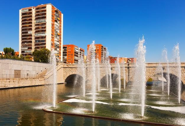 Fontanny I Most Nad Rzeką Manzanares W Madrycie Darmowe Zdjęcia