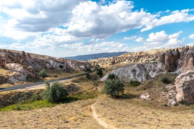 Formacje Drogowe I Skalne W Kapadocji, Niedaleko Miasta Nevsehir W Turcji Premium Zdjęcia