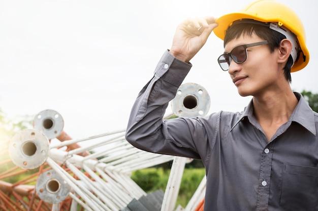 Formalnie Inżyniera Pozycja Przed Stalowym Metalu Mostem Na Budowie Premium Zdjęcia