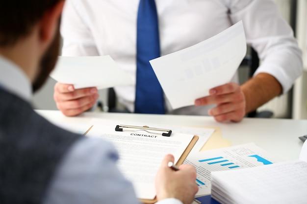 Formularz kontraktu na ramię trzymany na podkładce Premium Zdjęcia