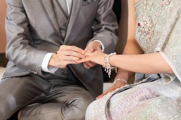 Fornal Stawia Obrączkę ślubną W Pannę Młodą Palec W Tihai ślubu Pojęciu Premium Zdjęcia