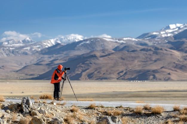 Fotograf Nad Brzegiem świętego Jeziora Nam-tso Premium Zdjęcia