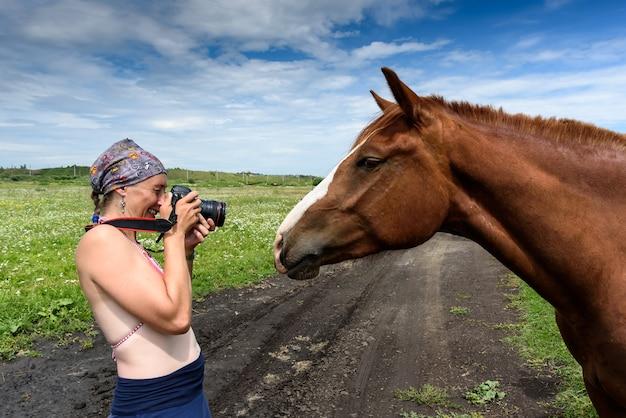 Fotograf Robi Zdjęcia Koni W Terenie Premium Zdjęcia