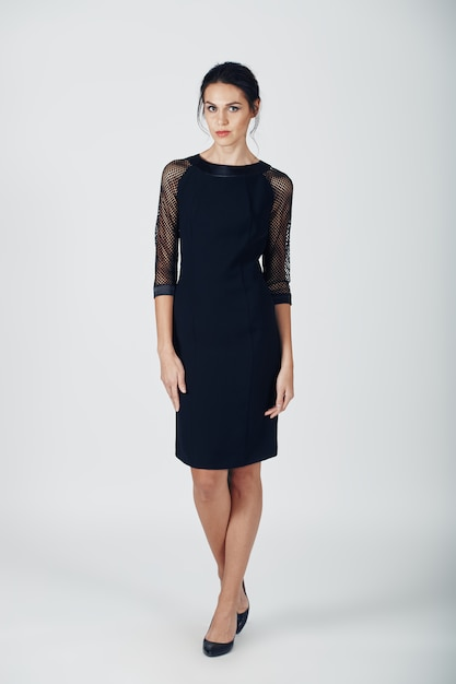 Fotografia mody młodej wspaniałej kobiety w czarnej sukience Darmowe Zdjęcia