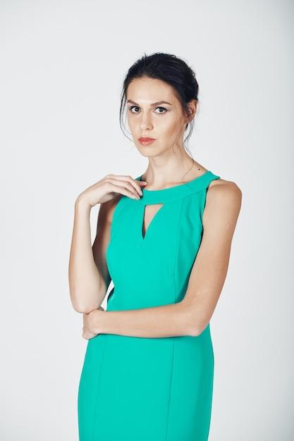 Fotografia mody młodej wspaniałej kobiety w turkusowej sukience Darmowe Zdjęcia
