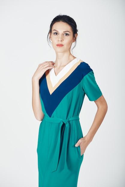 Fotografia mody młodej wspaniałej kobiety w zielonej sukience Darmowe Zdjęcia