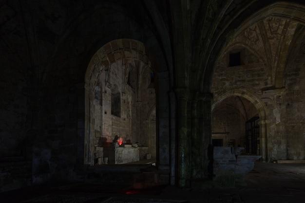 Fotografia nocna w ruinach klasztoru santa maria de rioseco, Premium Zdjęcia