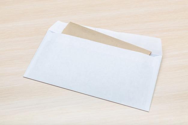 Fotografia pusta koperta na drewnianym Premium Zdjęcia