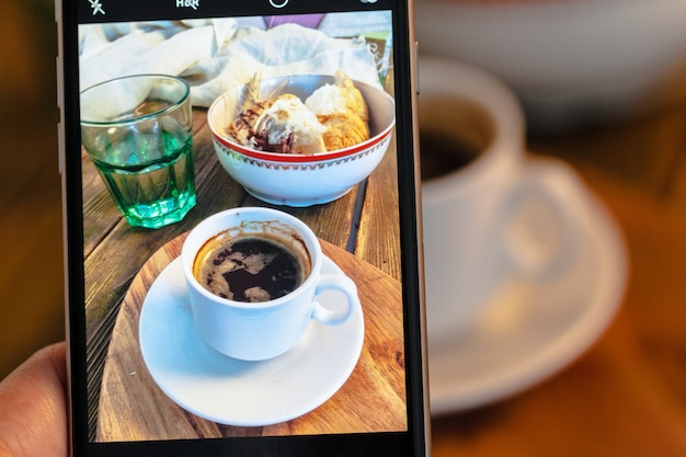 Fotografia rogaliki i kawa na śniadanie Premium Zdjęcia