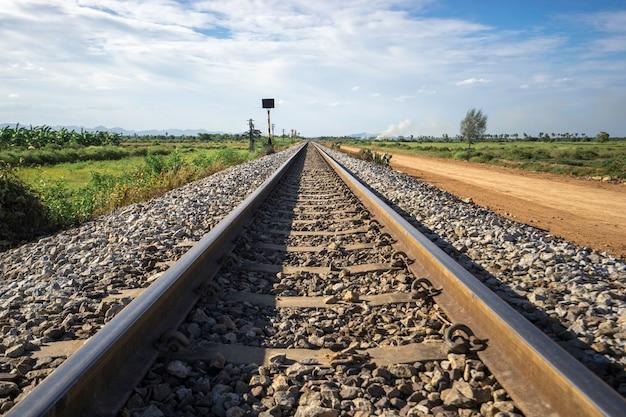 Fotografia torów kolejowych w wiejskiej scenie. Premium Zdjęcia