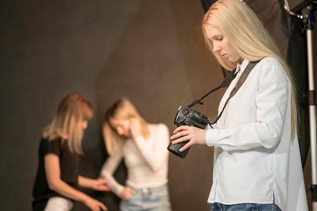 Fotografka I Niewyraźne Modele Darmowe Zdjęcia