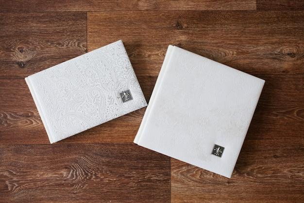 Fotoksiążki W Okładce Z Prawdziwej Skóry. Kolor Biały Z Ozdobnym Tłoczeniem Premium Zdjęcia