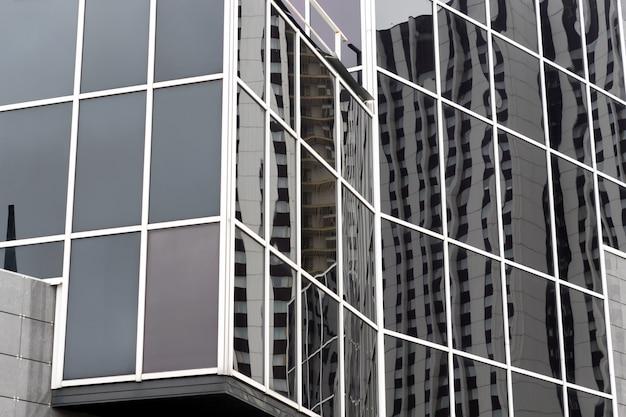 Fragment nowoczesnego budynku ze szkła i metalu. zewnętrzne biuro firmy. Premium Zdjęcia
