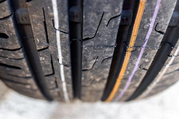 Fragment Rowków Nowej Opony Samochodowej. Premium Zdjęcia