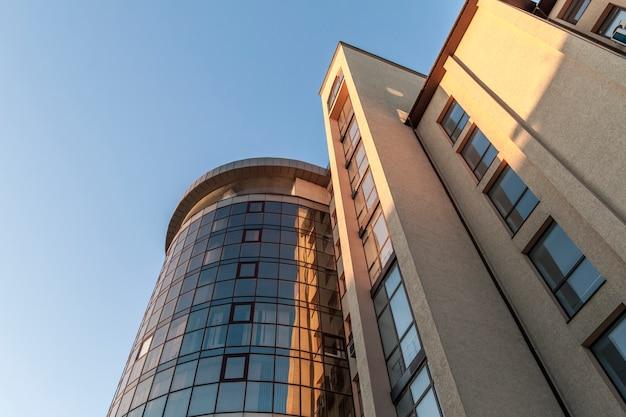 Fragment ściany elewacyjnej nowoczesnego szklanego wieżowca Premium Zdjęcia