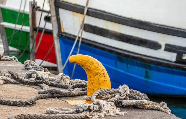 Fragmenty Dziobu łodzi Rybackich Przywiązanych Linami Do Pomostu. Premium Zdjęcia