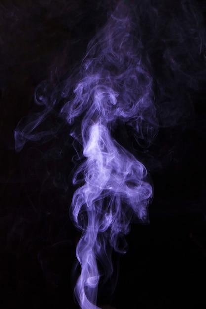 Fragmenty Purpurowe Dymu Na Czarnym Tle Darmowe Zdjęcia